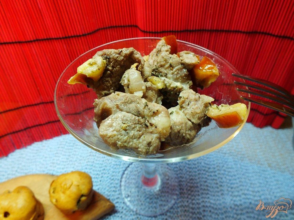 Фото приготовление рецепта: Говядина запеченная со сливой и ароматными травами шаг №7