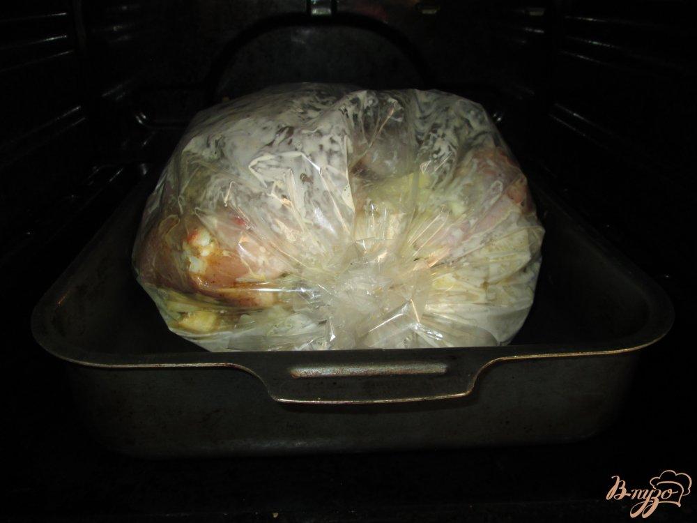 Фото приготовление рецепта: Нежная курица с картошкой в кулинарном рукаве шаг №8
