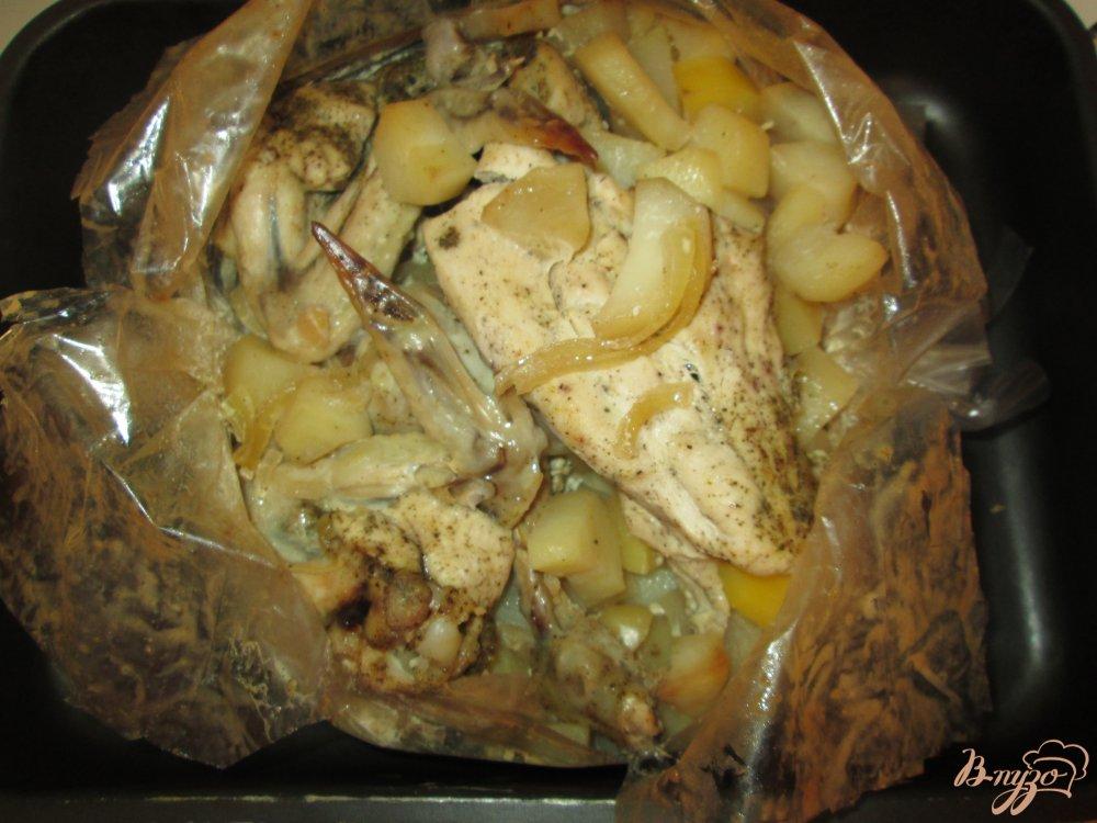 Фото приготовление рецепта: Нежная курица с картошкой в кулинарном рукаве шаг №9