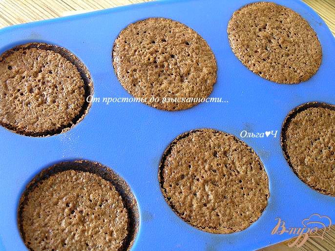 Фото приготовление рецепта: Нежные шоколадные пирожные с малиновым джемом шаг №6
