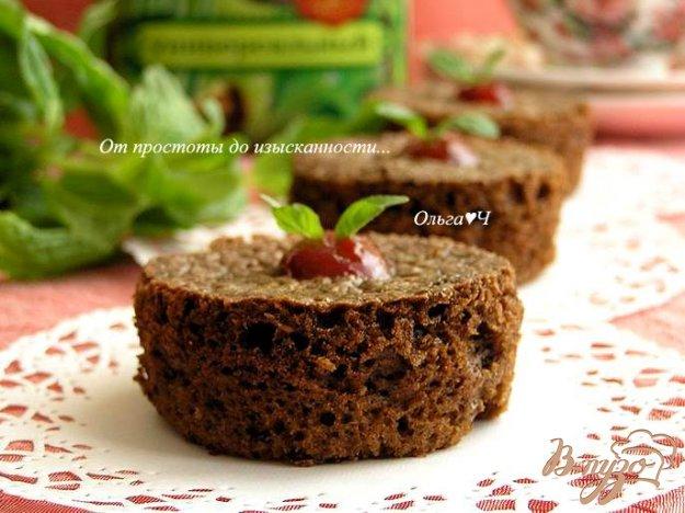 фото рецепта: Нежные шоколадные пирожные с малиновым джемом