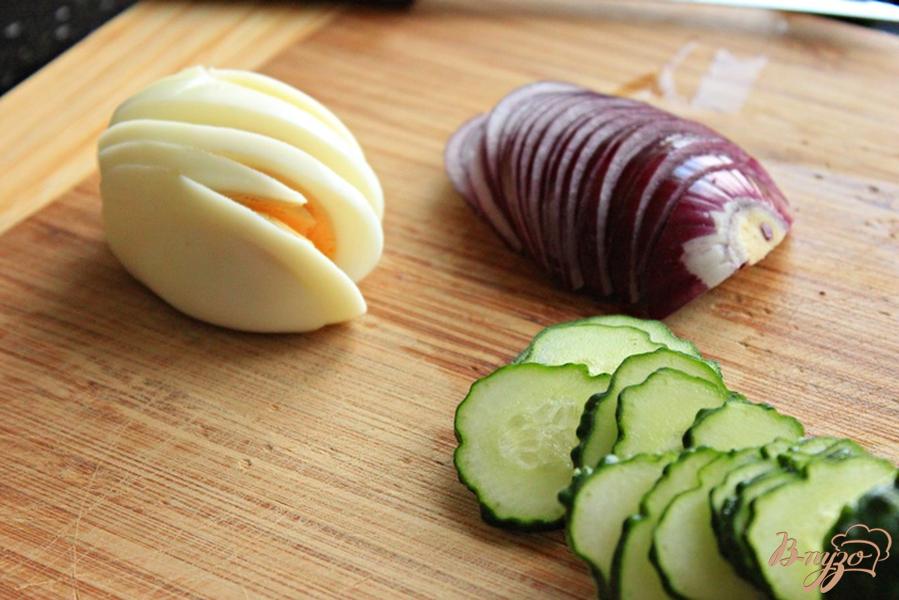 Фото приготовление рецепта: Средиземный сэндвич с тунцом шаг №3