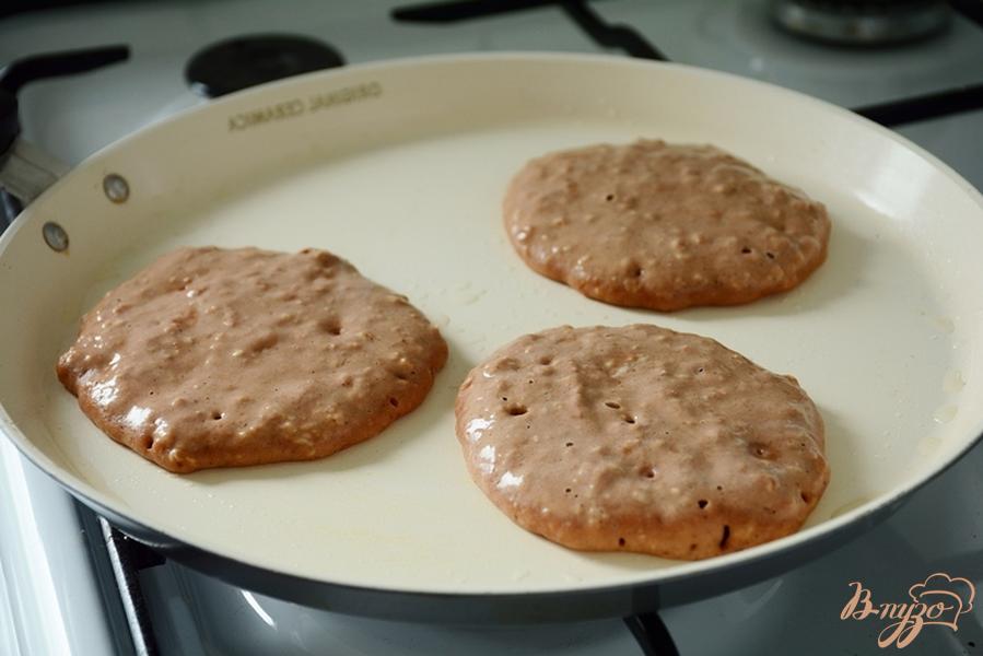Фото приготовление рецепта: Шоколадные оладья с овсяными хлопьями шаг №4