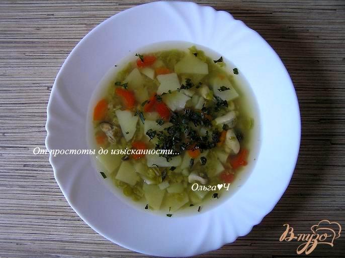 Фото приготовление рецепта: Суп из зеленого гороха с мидиями и базиликом шаг №4