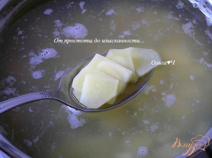 Фото приготовление рецепта: Суп из зеленого гороха с мидиями и базиликом шаг №2