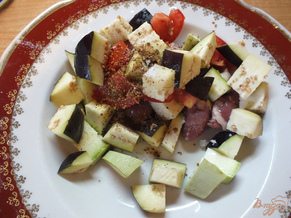 Фото приготовление рецепта: Теплый салат с сердечками шаг №5