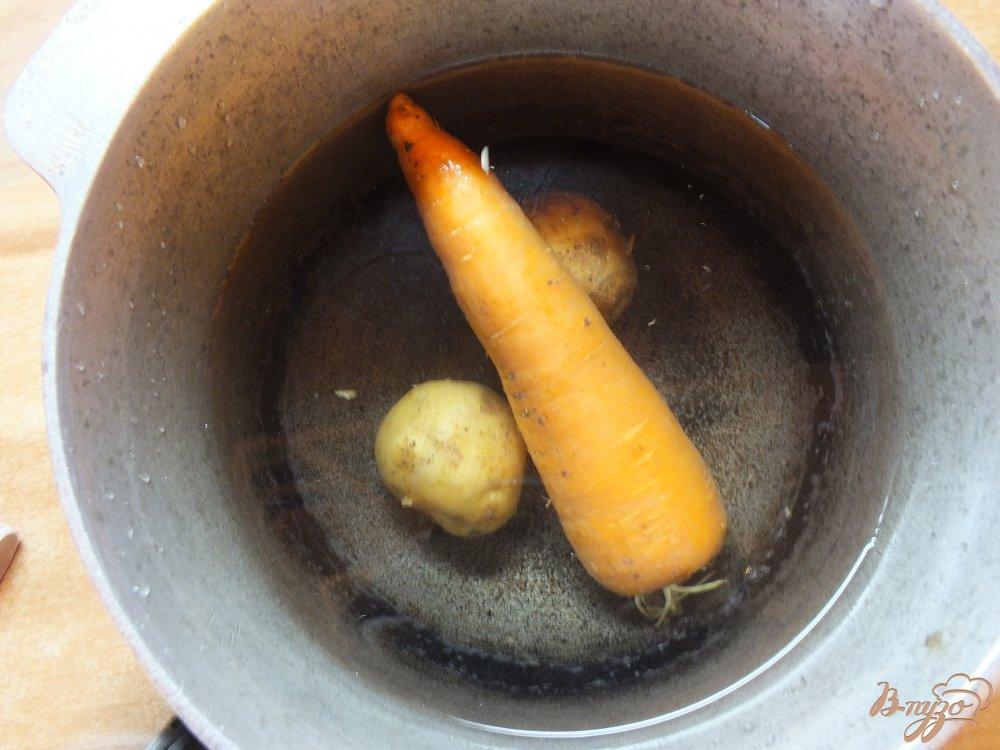 Фото приготовление рецепта: Салат с отварной рыбой шаг №2