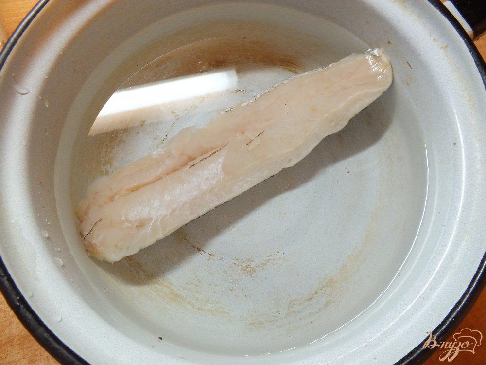 Фото приготовление рецепта: Салат с отварной рыбой шаг №1