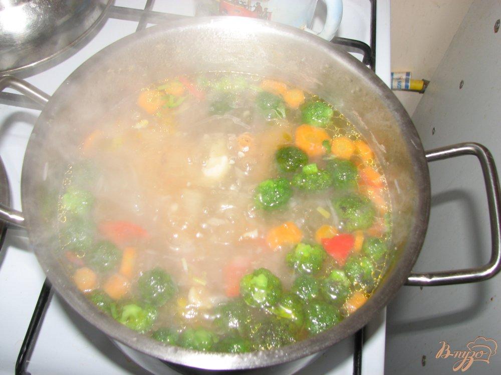 Фото приготовление рецепта: Куринный суп с брокколи шаг №5