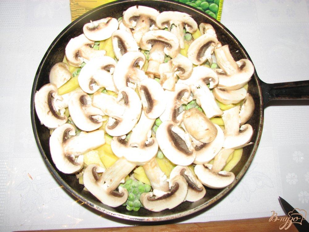Фото приготовление рецепта: Мясо с овощами под сырной шапкой. шаг №4