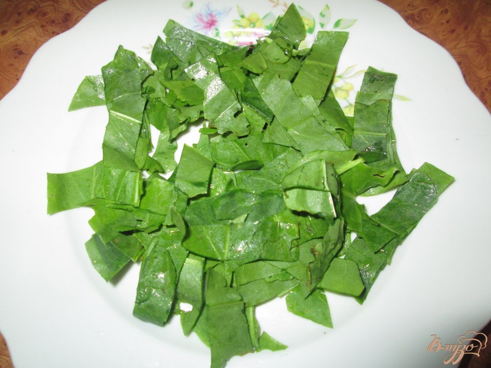 Фото приготовление рецепта: Салат с щавелем, помидорами и колбасой шаг №1