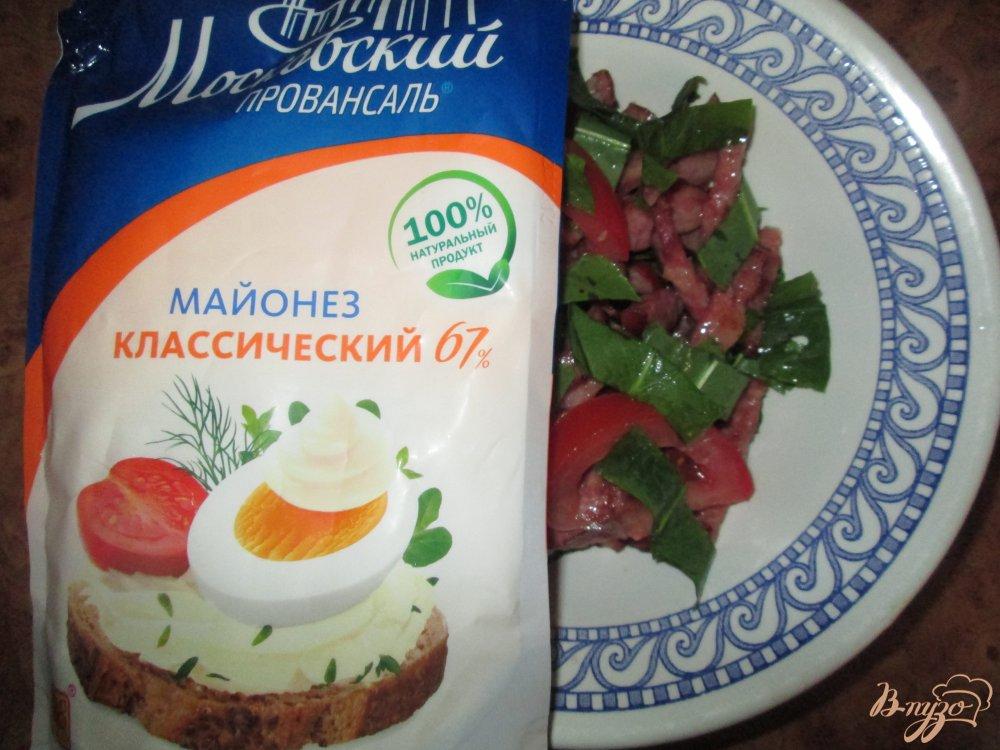 Фото приготовление рецепта: Салат с щавелем, помидорами и колбасой шаг №6