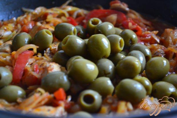 Тушеная капуста с курицей, грибами и оливками