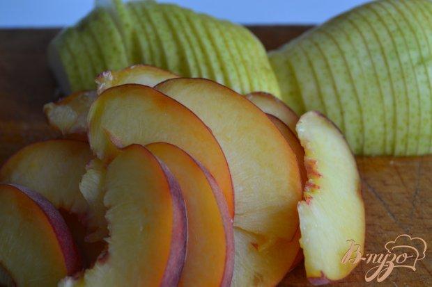 Сдобная булка-улитка с кусочками фруктов
