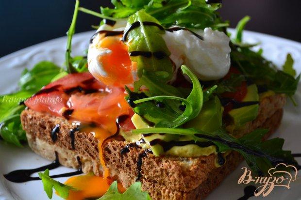 Овощной салат с яйцом пашот на хлебных тостах