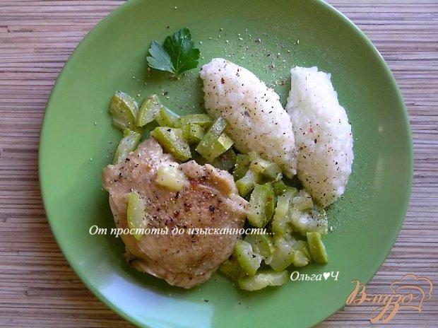 Куриные бедра с кабачком и рисом