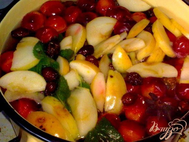 Компот из красной алычи, яблок и специй