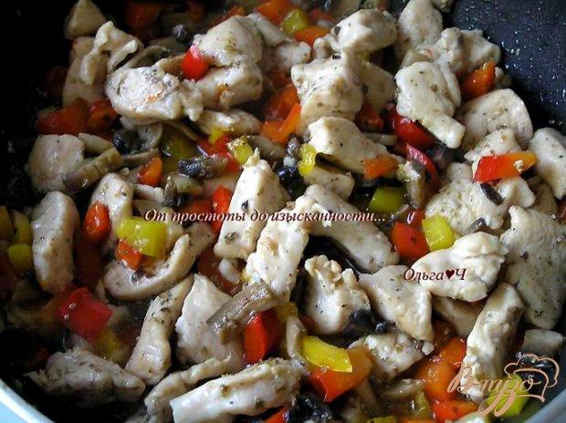 Лапша с куриными грудками, грибами и овощами