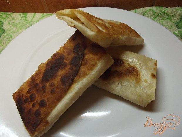 Закуска из лаваша с сулугуни, чесноком и помидорами