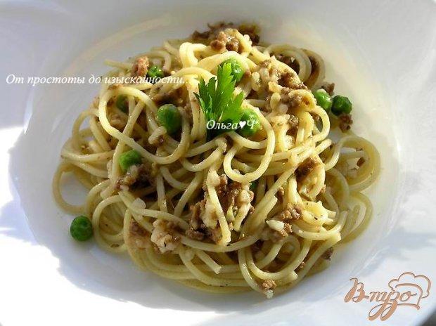 Спагетти с мясным соусом и зеленым горошком