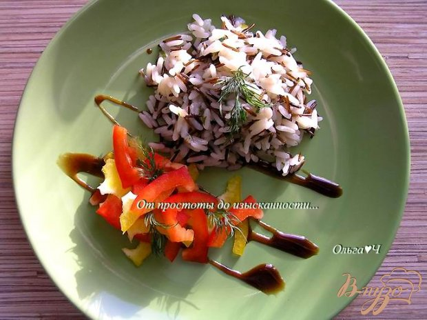 Дикий рис с зеленью и салатом из сладкого перца