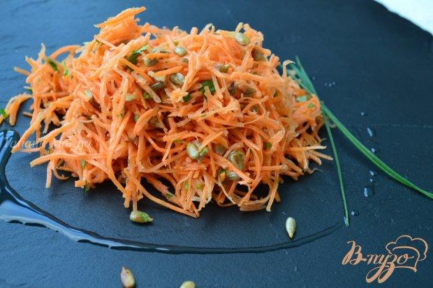 Морковный салат с семечками и кинзой