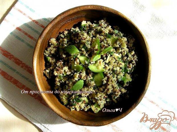 Мятный салат из киноа с зеленью и тыквенными семечками
