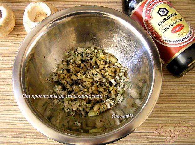 Печеные шампиньоны с луком и соевым соусом