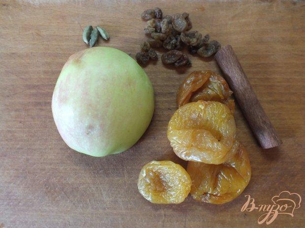 Яблочный компот с изюмом, курагой и кардамоном