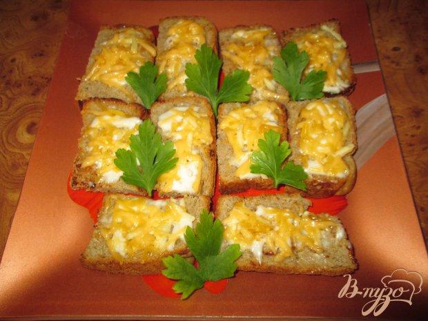 Чесночные гренки с майонезом и сыром