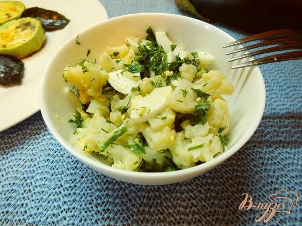 Тепый салат с отварной цветной капустой и яйцом
