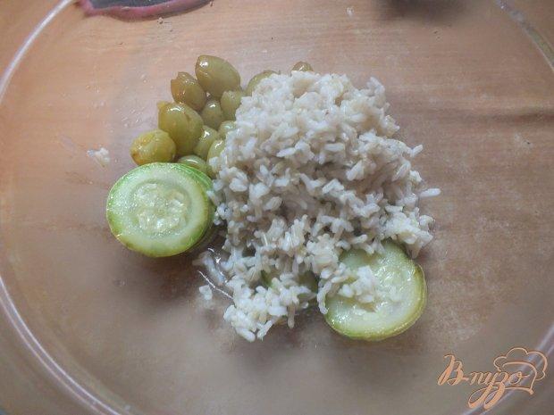 Теплый салат и риса с  кабачками и печеным виноградом