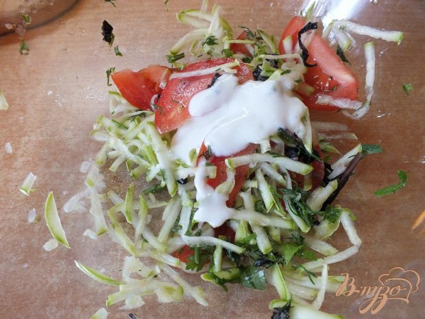 Салат из свежего кабачка с помидорами