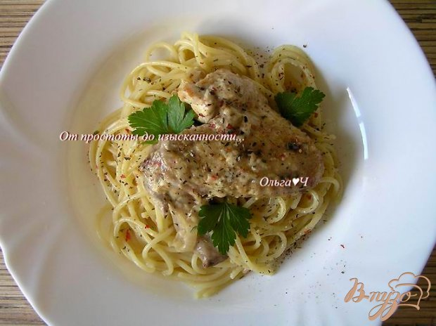 Курица в сливочном соусе со спагетти и итальянскими травами