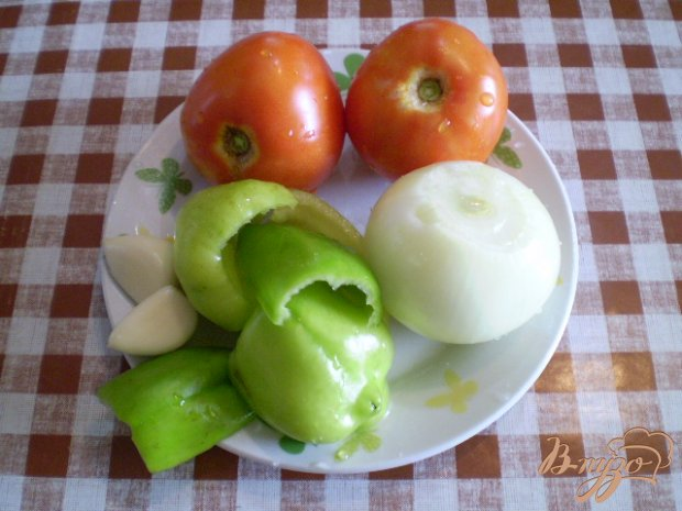 Утка тушенная с помидорами и чесноком