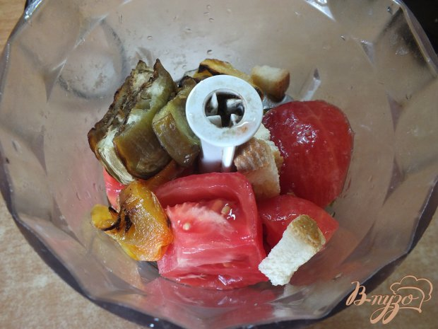 Холодный помидорный суп с печеными овощами