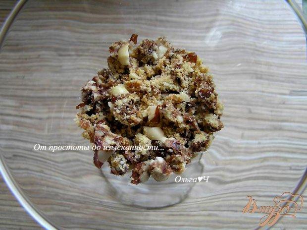 Творожный десерт с шоколадным печеньем и сливой
