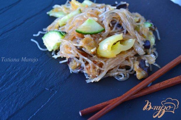 Салат с рисовой лапшой и баклажанами