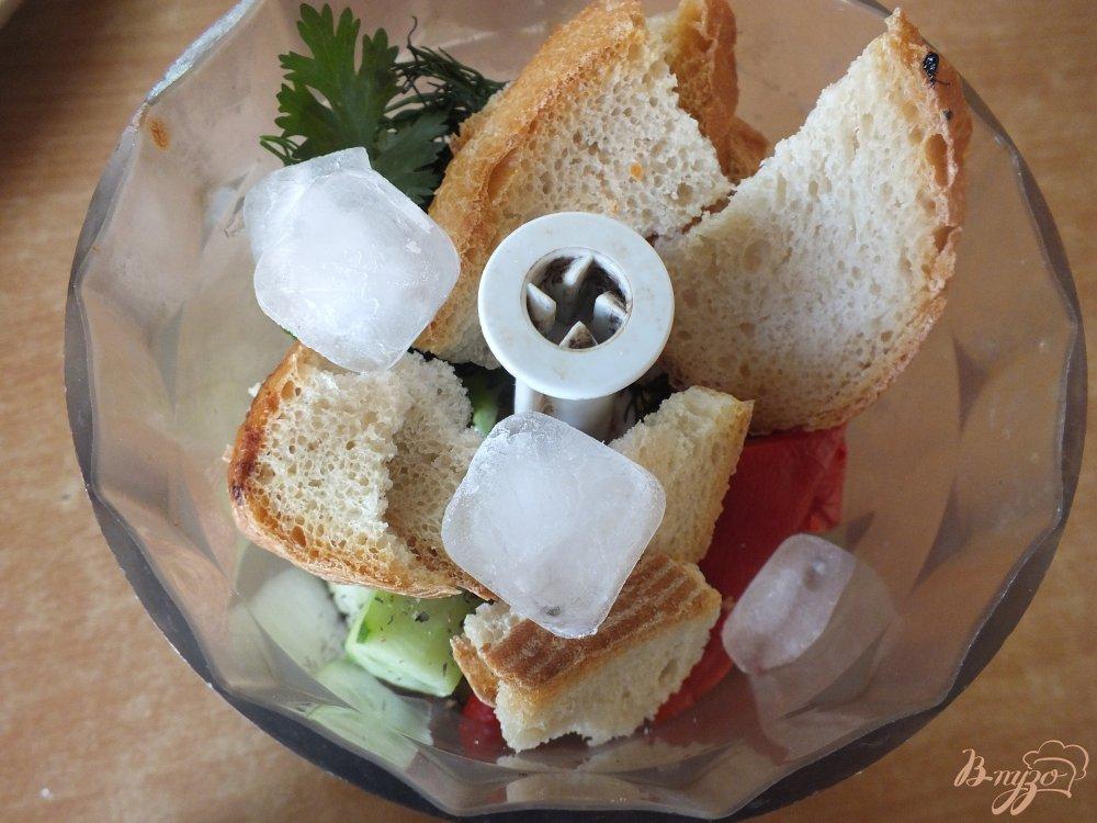 Фото приготовление рецепта: Холодный хлебный суп с огурцом шаг №8