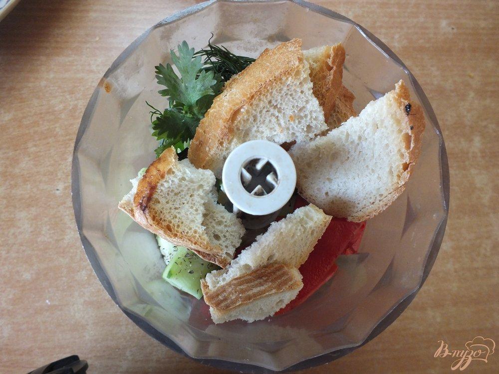 Фото приготовление рецепта: Холодный хлебный суп с огурцом шаг №7
