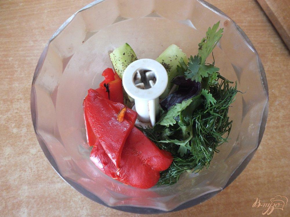 Фото приготовление рецепта: Холодный хлебный суп с огурцом шаг №6