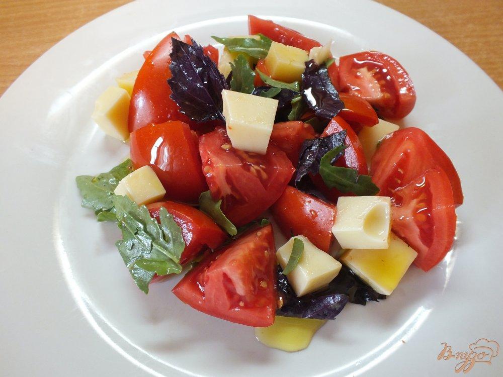 Фото приготовление рецепта: Салат с рукколой и сыром шаг №6