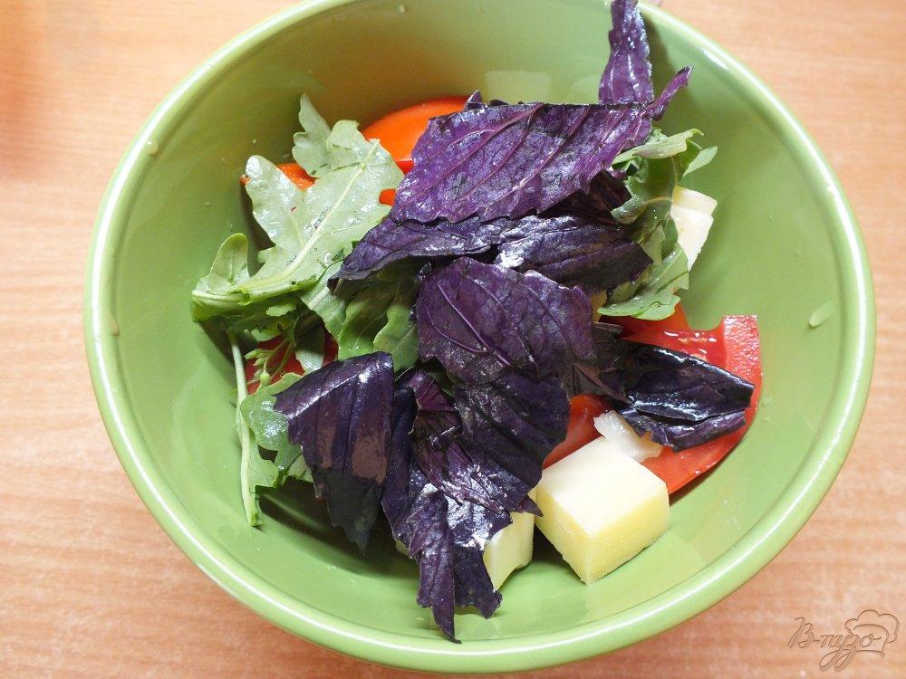 Фото приготовление рецепта: Салат с рукколой и сыром шаг №5