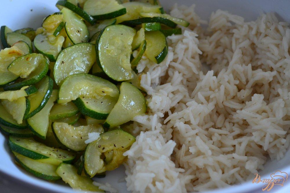 Фото приготовление рецепта: Рисовый салат с овощами и сыром шаг №2