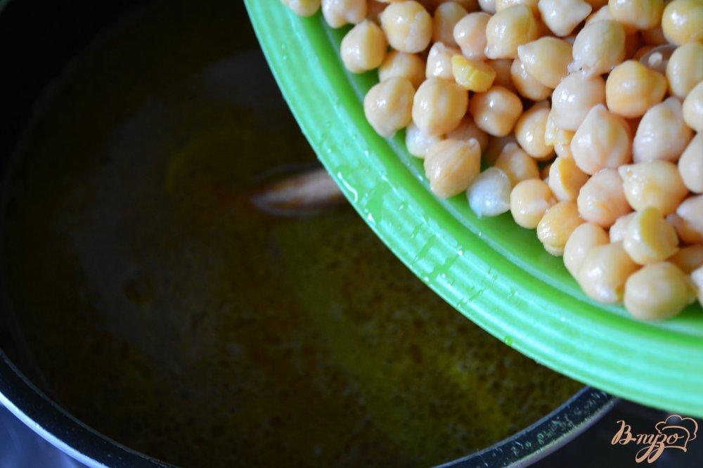 Фото приготовление рецепта: Суп с нутом и лапшой шаг №4