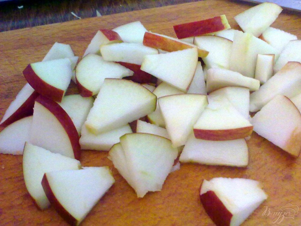 Фото приготовление рецепта: Салат из капусты с яблоком шаг №2