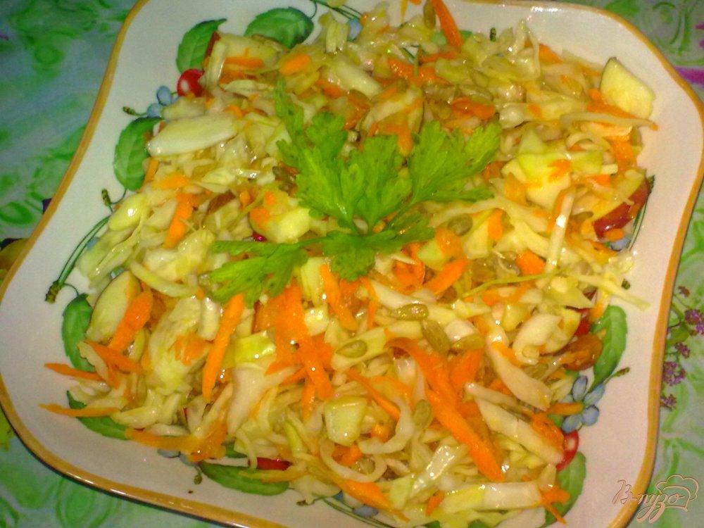 Фото приготовление рецепта: Салат из капусты с яблоком шаг №6