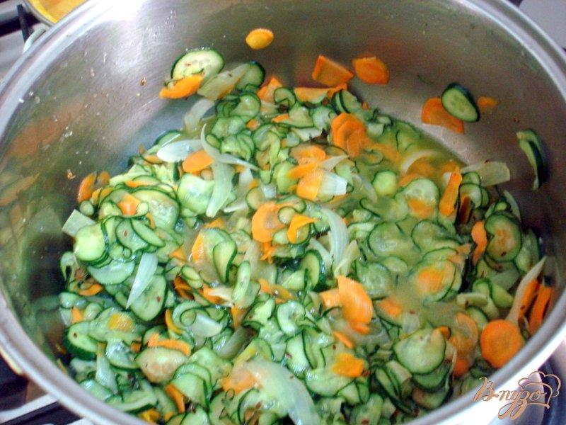 Фото приготовление рецепта: Салат из огурцов шаг №8