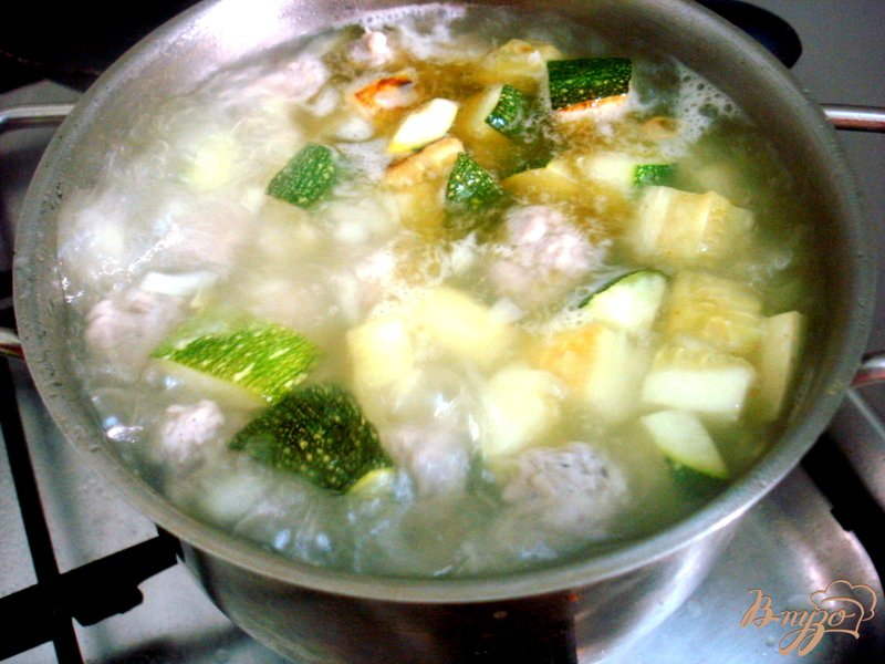 Фото приготовление рецепта: Суп пюре из цукини с фрикадельками шаг №7