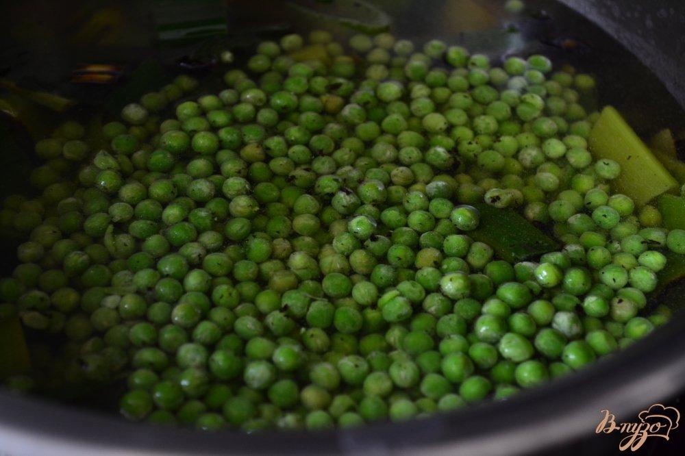 Фото приготовление рецепта: Крем-суп из лука порея с зеленым горошком шаг №3